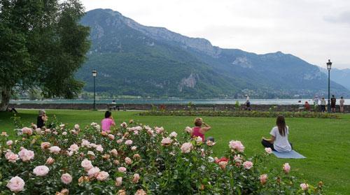 Yoga en plein air a l'Ecole de Yoga Annecy Bonlieu avec une magnifique vue sur le lac d'Annecy et la montagne