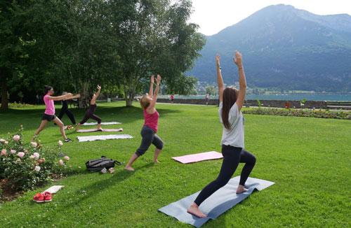 Yoga en plein air dans les jardins de l'Imperial Palace