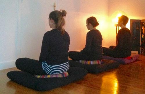 Pratique de la Méditation assise Zazen dans le silence interieur de la respiration, le dos droit à l'ecole de yoga annecy bonlieu.
