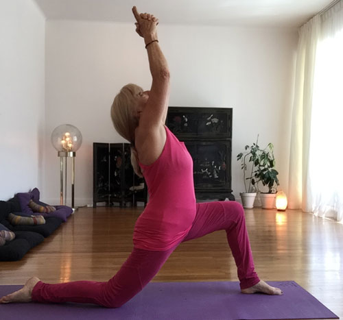 pratique de la posture de la demi-lune par Gilberte Faury, dans notre salle de yoga, rue de Bonlieu à Annecy