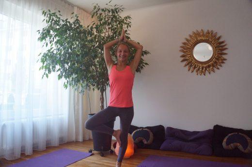 Dans notre salle de Yoga, rue de Bonlieu, Cathy Bouclier, professeur Viniyoga pratique la posture de l'arbre, Bhagirathasana