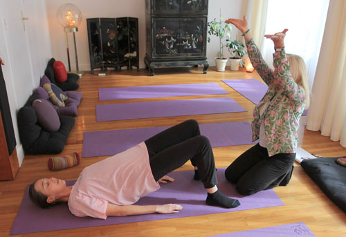 cours particulier de yoga a l'ecole de yoga annecy bonlieu - la posture de dvipadapithamasanam - posture de la table a deux pieds