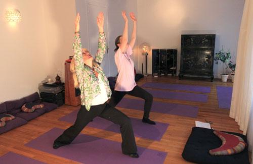 Dans notre salle de Yoga à lEcole de Yoga Annecy Bonlieu pratique d'une posture debout, le Guerrier, Virabhadrasana, la posture de Virabhadra