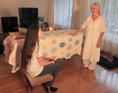 Avant de recevoir le soin, la personne fait part de sa demande - le praticien de Reiki ecoute attentivement. Cette prise de contact dure 1/4 d'heure environ - ensuite le soin sera donne dans le silence et l'accueil des sensations.