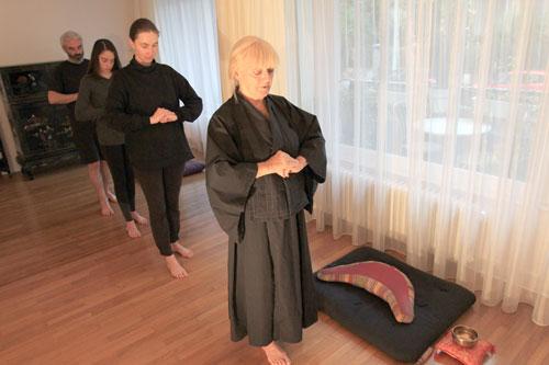 Chaque pratiquant est concentre sur la marche lente et silencieuse. Chaque pas est fait en pleine conscience dans l'instant present. C'est Kin-Hin