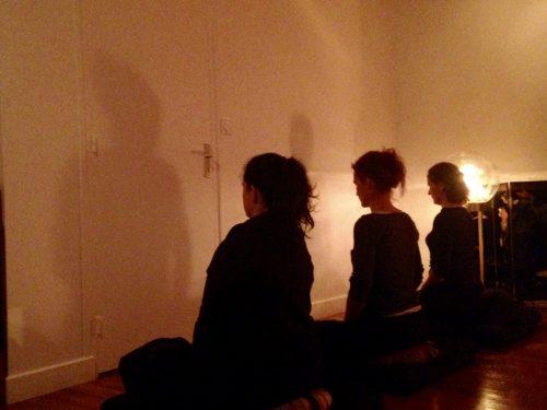 """Assise en silence, face au mur lors de la méditation Zen, """"Zazen"""""""