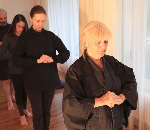 Lors de la seance de meditation Zen, la marche lente et silencieuse Kin Hin. C'est une meditation dans l'action.