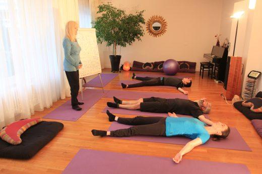 Apres les postures, a la fin de la seance, Gilberte guide la relaxation appelee Yoga Nidra.