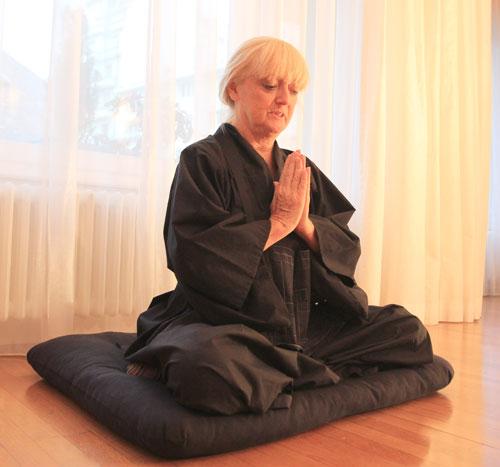Geste Gassho en seance de meditation Zen