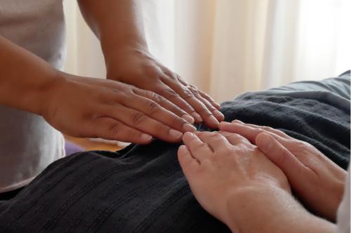 Lors dun atelier de Reiki le soin à 4 mains à l'École de Yoga de Bonlieu.